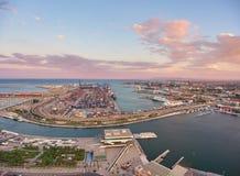 Visión desde el aire al puerto de Valencia durante puesta del sol españa Fotografía de archivo libre de regalías