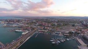Visión desde el aire al puerto de Valencia durante puesta del sol españa almacen de video