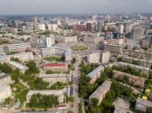 Visión desde el aire en edificios rusos viejos y nuevos fotos de archivo libres de regalías