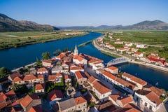 Visión desde el aire en un pequeño lugar en Croacia meridional Foto de archivo libre de regalías