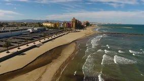 Visión desde el aire a la playa, al mar y al windsurfer en un día soleado y ventoso en Alboraya, Valencia almacen de metraje de vídeo