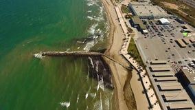 Visión desde el aire a la playa, mar, centro comercial en un día soleado y ventoso en Alboraya, Valencia almacen de video