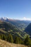 Visión desde el alto camino alpino de Grossglockner abajo en el valle Foto de archivo libre de regalías