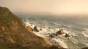 Visión desde el alto en el canto que mira el Océano Pacífico del punto Reyes California almacen de metraje de vídeo
