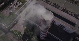 Visión desde el aove del vuelo del aire el tubo rojo y blanco de la planta almacen de metraje de vídeo