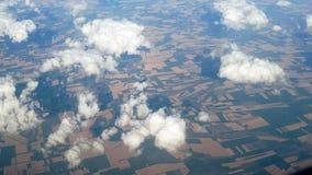 Visión desde el avión del vuelo sobre prados y campo almacen de metraje de vídeo