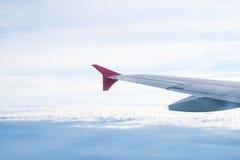 Visión desde el avión en el ala y las nubes Fotos de archivo