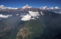 Visión desde el avión ultraligero o trike sobre Pokhara y Machapuchar Imagenes de archivo