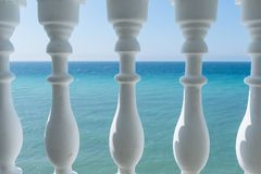 Visión desde el balcón al mar a través de los pilares Foto de archivo