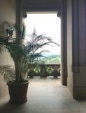 Visión desde el balcón de un edificio de piedra Fotos de archivo