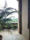 Visión desde el balcón de un edificio de piedra Imagen de archivo