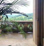 Visión desde el balcón de un edificio de piedra Foto de archivo libre de regalías