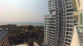 Visión desde el balcón del centro turístico tropical Mar azul de la turquesa de los árboles de los hoteles Cámara de la acción almacen de metraje de vídeo