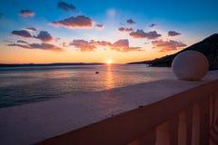 Visión desde el balcón en la puesta del sol sobre el mar Imagen de archivo libre de regalías