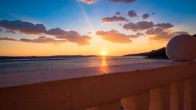Visión desde el balcón en la puesta del sol sobre el mar Fotografía de archivo libre de regalías