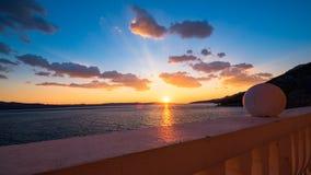 Visión desde el balcón en la puesta del sol sobre el mar Imagenes de archivo