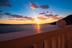 Visión desde el balcón en la puesta del sol sobre el mar Fotos de archivo