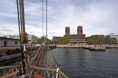 Visión desde el barco de navegación al puerto y ayuntamiento de Oslo Imagenes de archivo