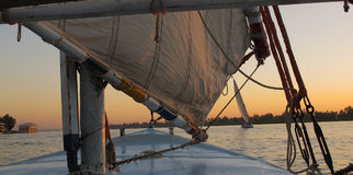 Visión desde el barco en el río Nilo en la puesta del sol Foto de archivo libre de regalías