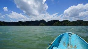 Visión desde el barco en la costa septentrional del parque nacional Los Haitises Foto de archivo libre de regalías