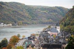 Visión desde el Burg Rheinfels a las ciudades de Sankt Goar y de Sankt Goarhausen en el Rhin River Valley fotografía de archivo libre de regalías