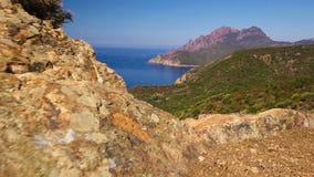 Visión desde el camino costero famoso D81 con la opinión Golfe de Girolata de Bocca Di Palmarella, Córcega, Francia, Europa almacen de metraje de vídeo