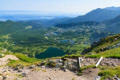 Visión desde el camino en las montañas de Tatra. Imagen de archivo