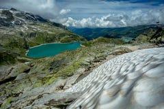 Visión desde el campo de nieve en el lago Weissee imagen de archivo
