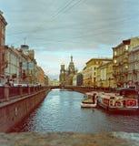 Visión desde el canal de Griboyedov en la iglesia del salvador en sangre Foto de archivo libre de regalías