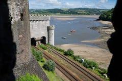 Visión desde el castillo de Conwy sobre el río de Conwy Imagenes de archivo