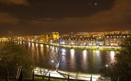 Visión desde el castillo de Inverness en la noche. Imagen de archivo libre de regalías