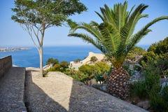 Visión desde el castillo de Santa Barbara en el mar y la ciudad de Alicante Las estructuras antiguas de la fortaleza foto de archivo