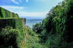 Visión desde el castillo en Dover que mira abajo al puerto Foto de archivo