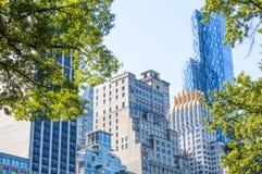 Visión desde el Central Park de Nueva York a los skyscrappers Imágenes de archivo libres de regalías