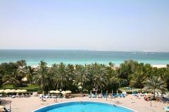 Visión desde el centro turístico a lo largo de la costa en Dubai imagen de archivo