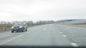 Visión desde el coche en la carretera y el bosque almacen de video