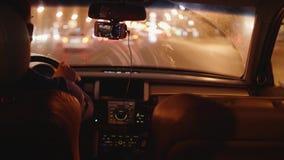 Visión desde el coche móvil en el camino en ciudad por la tarde Los limpiadores en el tiempo del trabajo del parabrisas son nev metrajes