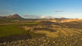 Visión desde el cráter volcánico de Hverfjall hacia Jardbodin, Islandia Imagen de archivo