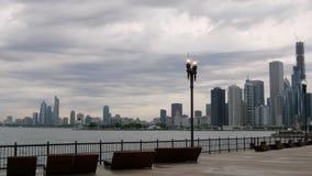 Visión desde el embarcadero de la marina de guerra sobre el horizonte de Chicago - Chicago, los E.E.U.U. - 14 de junio de 2019 almacen de metraje de vídeo
