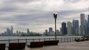 Visión desde el embarcadero de la marina de guerra sobre el horizonte de Chicago - CHICAGO, los E.E.U.U. - 14 DE JUNIO DE 2019 almacen de video