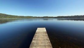 Visión desde el embarcadero en un lago en Nueva Zelanda Fotografía de archivo libre de regalías