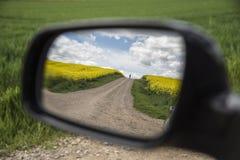Visión desde el espejo retrovisor de un peregrino en el Camino de Santiago Fotos de archivo libres de regalías