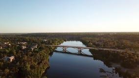Visión desde el flyimg del abejón sobre el río en California EE.UU. almacen de video