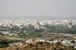 Visión desde el fuerte de Golkonda hacia siete tumbas Imágenes de archivo libres de regalías