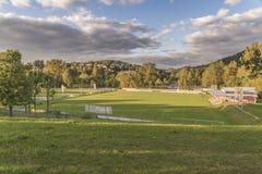 Visión desde el jardín del balneario al campo de fútbol de Grafenau en el bosque bávaro Imagen de archivo