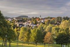 Visión desde el jardín del balneario a Grafenau en el bosque bávaro Imagenes de archivo