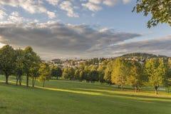 Visión desde el jardín del balneario a Grafenau en el bosque bávaro Foto de archivo