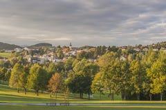 Visión desde el jardín del balneario a Grafenau en el bosque bávaro Fotografía de archivo