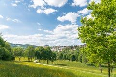 Visión desde el jardín del balneario a Grafenau en el bosque bávaro Imágenes de archivo libres de regalías