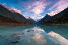 Visión desde el lago Akkem en la montaña Belukha cerca del tablero entre Rusia y Kazahstan durante otoño de oro Foto de archivo